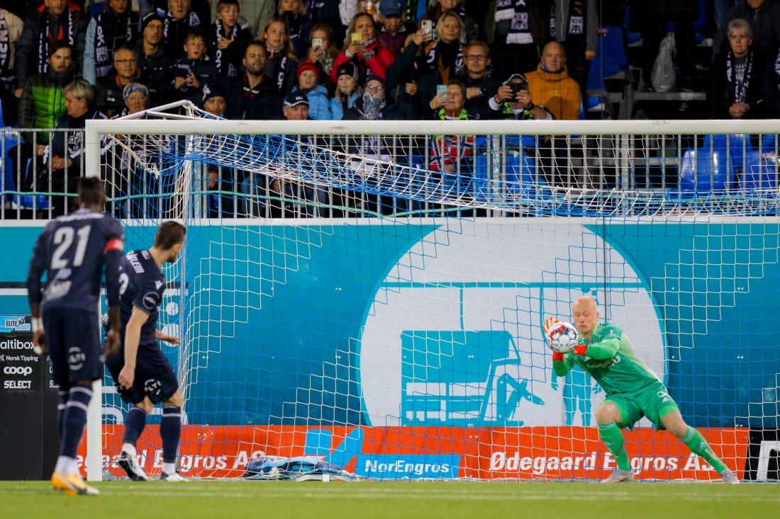 Julian Faye Lund reddet straffen fra Bendik Bye to minutter ut i sin start for året.